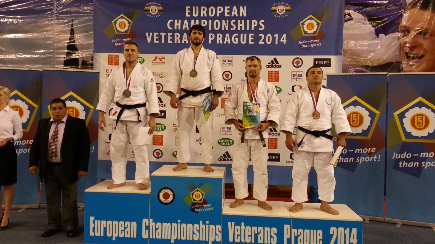Szaszkó Ákos (balról az első) az M2-es kategória 90 kilósai között lett európa-bajnoki ezüstérmes